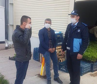 Cihanbeyli  Belediyesi Zabıta Ekipleri Kapalı Pazar Yerinde Pazaryerine Gelen Vatandaşlara Maske Dağıtmaya Devam Ediyor
